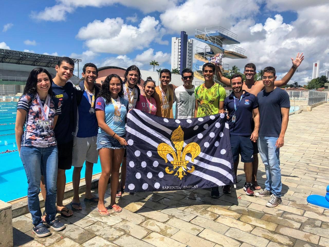 Integração da equipe de natação da UFPB comemorando os resultados obtidos.