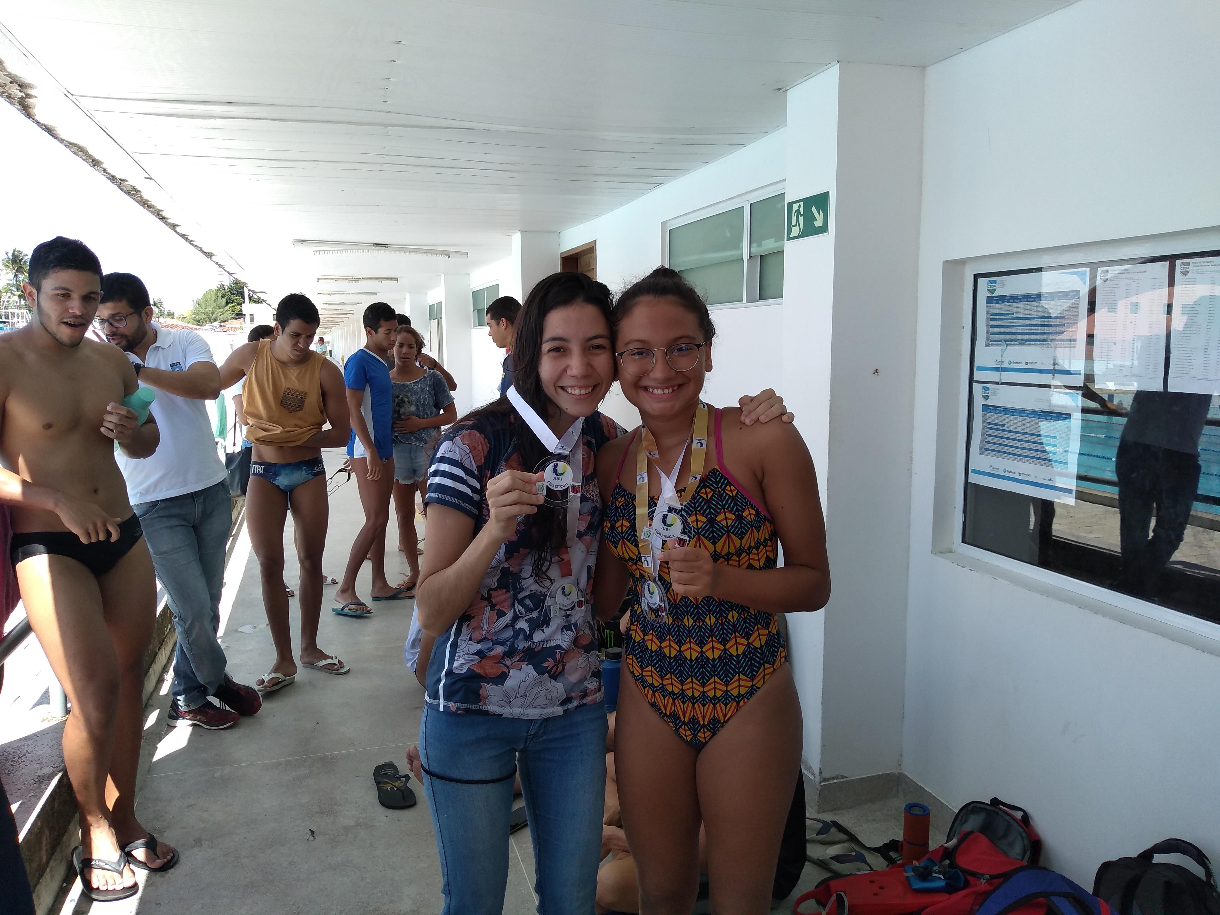 A atleta recordista de medalhas da competição no naipe feminino (4 medalhas de ouro), Raquel Helene Ramos de Melo (à direita) dividindo a conquista com sua colega de equipe Letícia Pimentel Travassos (medalha de prata) na prova dos 100 m livre.